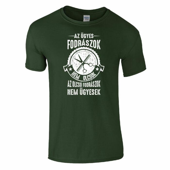 b8d3056383 Az ügyes fodrászok nem olcsók póló (sötétzöld)